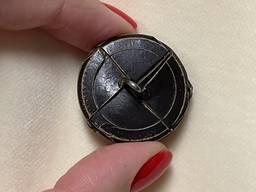 Плетеная пуговица из натуральной кожи на металлической ножке, 28 мм.