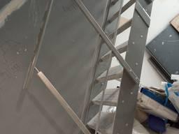 Schody na drugie piętro z poręczami